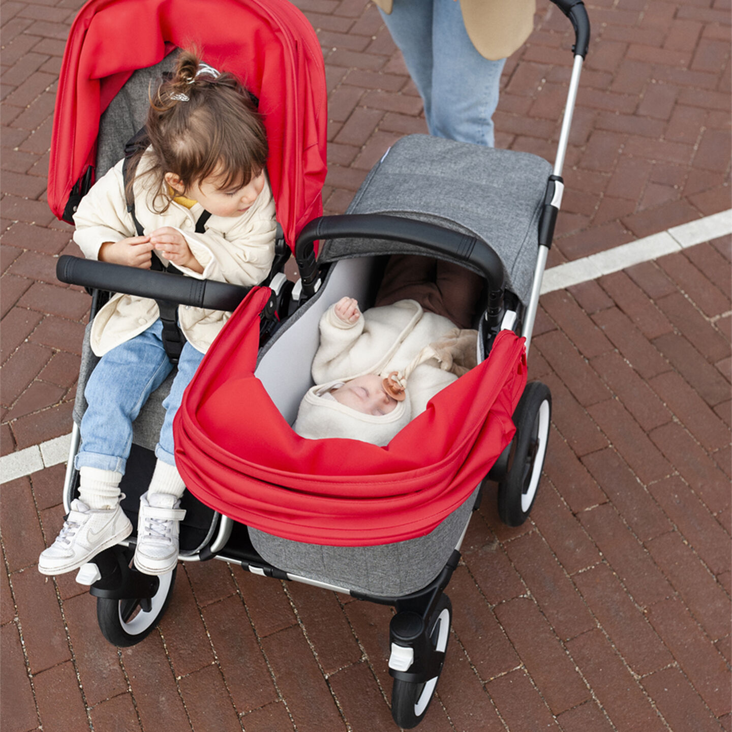 Two children facing each other in Donkey 3 Duo stroller